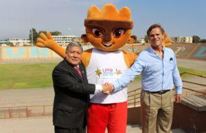 thumbnail_Carlos Neuhaus Presidente de COPAL y Orestes Cachay recor de UNMSM en el estadio